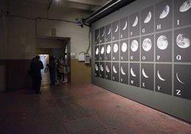 Alfabeto Lunar es una serie de fotografías donde imágenes de la fase lunar simulan los caracteres del abecedario (Foto Prensa Libre: Cortesía Leandro Katz).
