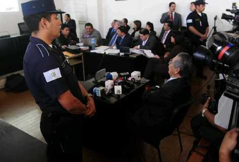Efraín Ríos Montt se presenta frente a la jueza Primera de Mayor Riesgo, Carol Flores. (Foto Prensa Libre: Antonio Ixcot)