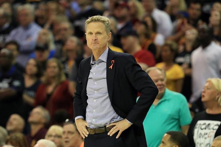 Los Golden State Warriors buscarán sentenciar la final de la NBA este lunes en el quinto juego de la serie contra los Cavaliers. (Foto Prensa Libre: AFP).