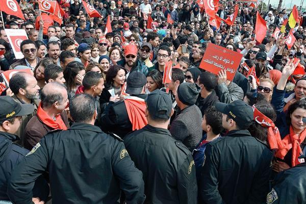 Miles se manifiestan contra el extremismo, en Túnez.