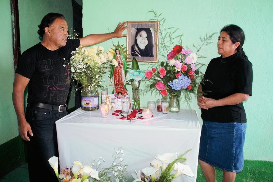 Baudilio Matías  y Sofía Vásquez  muestra fotografías de su hija Rody Roxana (Foto Prensa Libre: Mike Castillo)