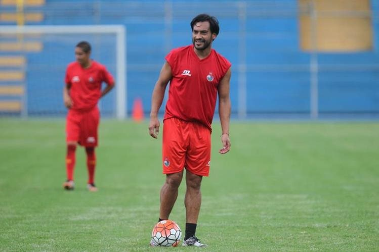 Una sonrisa pone de manifiesto que Carlos Ruiz está motivado por enfrentar al Real Salt Lake. El Pescado es un buen soporte para los jugadores rojos. (Foto Prensa Libre: Carlos Vicente)