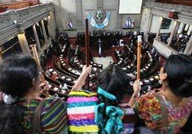 Las comadronas observan desde el palco público la sesión plenaria. (Foto Prensa Libre: Érick Ávila)