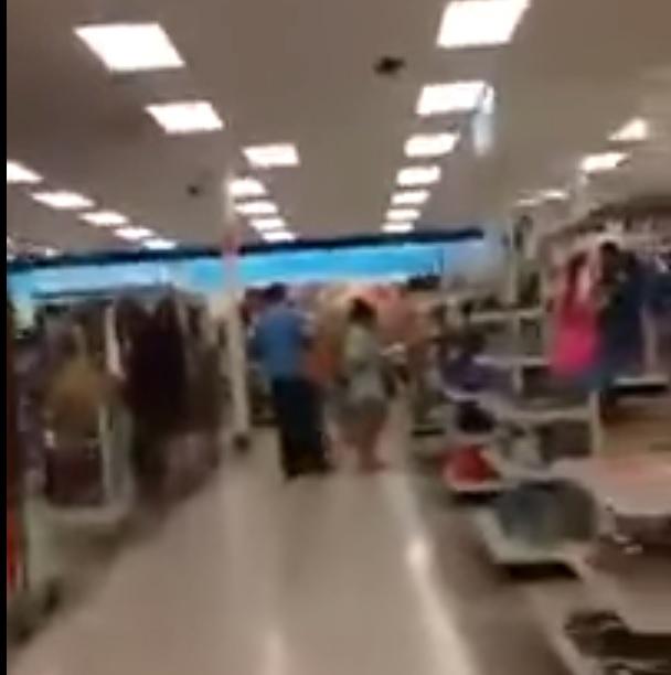 Acosador graba partes íntimas de una mujer en un supermercado. (Foto Prensa Libre: YouTube)