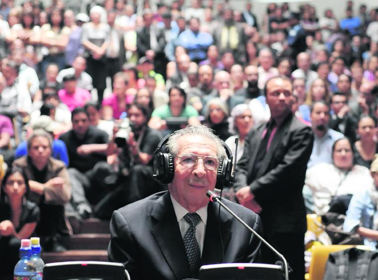 El exdictador José Efraín Ríos Montt en la sala de vistas de la Corte Suprema de Justicia durante su juicio por cargos de genocidio cometidos durante su régimen. (Foto Prensa Libre: Hemeroteca PL)