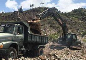 El Ejército trabaja, desde el año pasado, en mantenimiento de carreteras, lo que ha sido cuestionado como una tarea que no le compete. (Foto Prensa Libre: @Ejercito_GT)