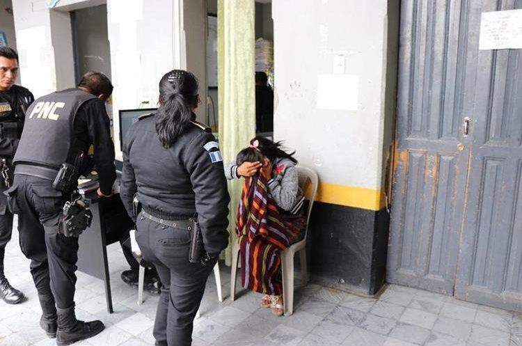 Natalia Jolomocox Tiguilá, acusada de prostituir a menores se encuentra en la misma comisaría a donde fue llevado Domingo Pérez Chilisná, en Santa Cruz del Quiché. (Foto Prensa Libre: Héctor Cordero)