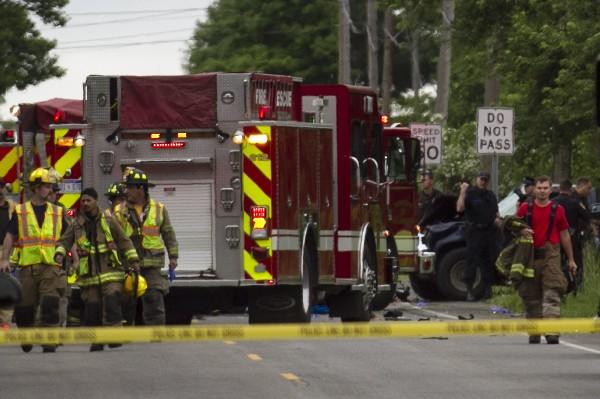 Bomberos llegan a la escena del accidente mortal. (AP).