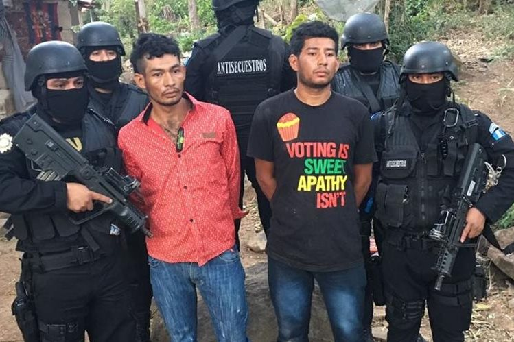Benedicto Marroquín Lemus, de 27 años, y José Cruz Marroquín Lemus, 28, capturados en Santa María Ixhuatán, Santa Rosa. (Foto Prensa Libre: PNC)