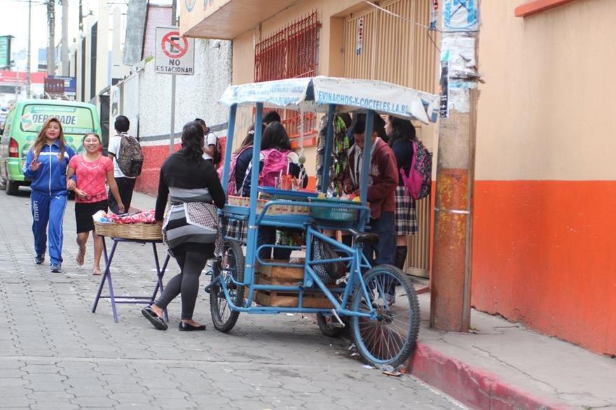 Ventas ambulantes complican movilidad de peatones y automovilistas, según autoridades municipales de San Pedro Sacatepéquez, San Marcos. (Foto Prensa Libre: Aroldo Marroquín)