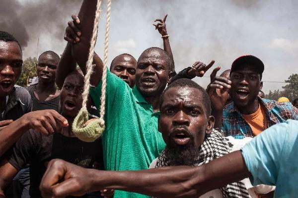 Manifestantes protestan después que la guardia presidencial declaró golpe de Estado.