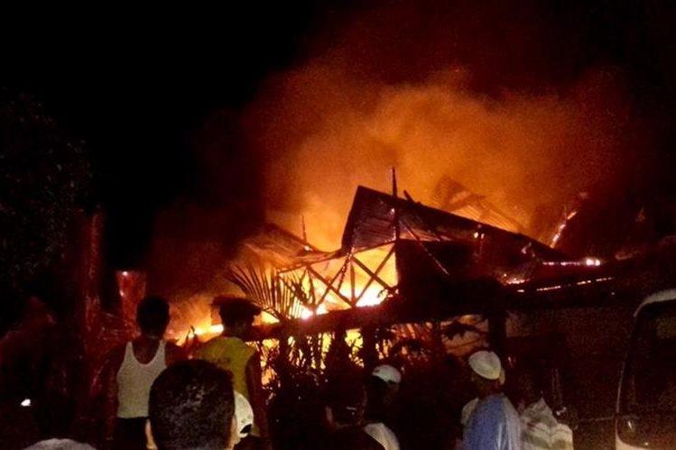 Pobladores se unen para combatir las llamas, en Lívingston, Izabal. (Foto Prensa Libre: Dony Stewart)
