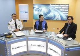 Stu Velasco, subdirector de la Policía, y Édgar Guerra, de la Defensoría del Usuario del Transporte, conversan con el periodista José Manuel Patzán. (Foto Prensa Libre: P. Raquec)