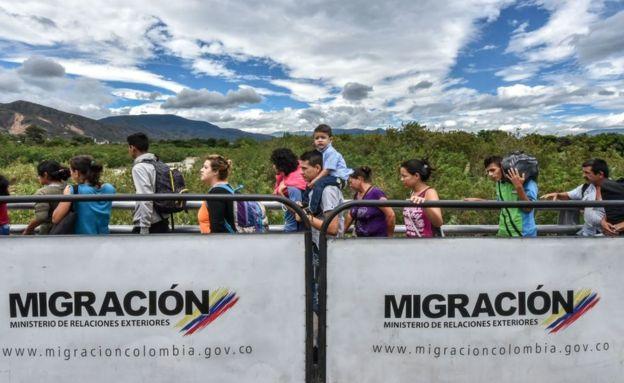 Un promedio de 16 venezolanos por minuto cruzan hacia Colombia escapando de la crisis política o en busca de mejores condiciones de vida. GETTY IMAGES