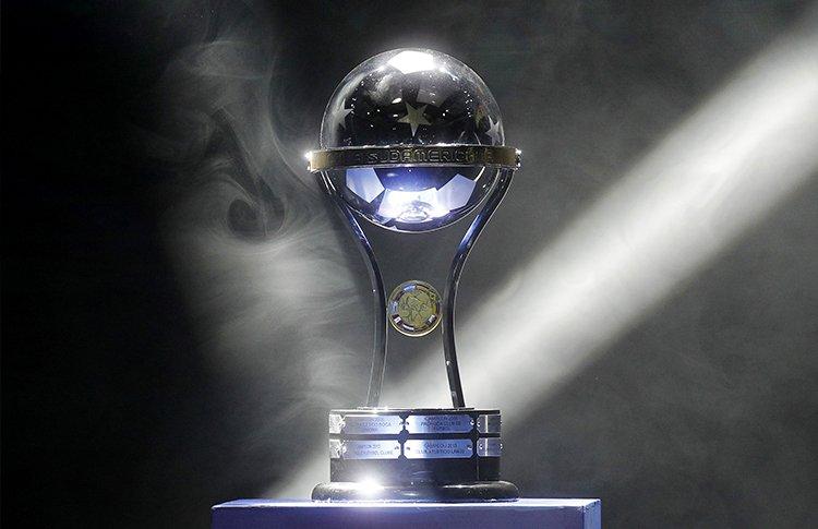 La copa sudamericana será entregada al Chapecoense luego de la solicitud del Atlético Nacional. (Foto Prensa Libre: Twitter)