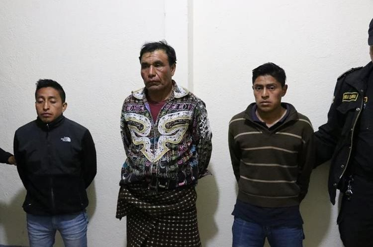 Tres de los capturados, Rafael Guarcas Tuy de 28 años de edad, Nicolás Pich Pichiya 44, (lider comunitario) y José Luis Guarcax Tzorín, 26. (Foto Prensa Libre: Ángel Julajuj)