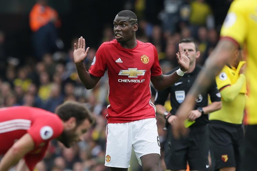 Paul Pogba fue otra de las contrataciones estrella del United, sin embargo las críticas también recaen sobre él por su bajo desempeño. (Foto Prensa Libre: AP)