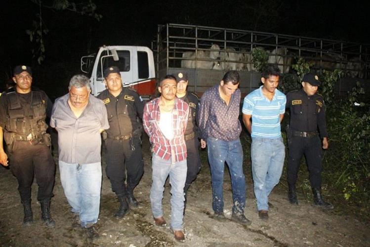 Presuntos cuatreros fueron capturados la noche del martes en San Miguel, Flores. (Foto Prensa Libre: Rigoberto Escobar)