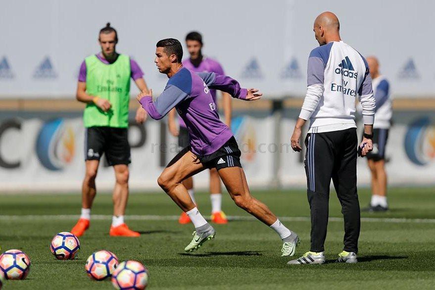 Cristiano conduce la pelota ante la mirada del técnico Zinedine Zidane. El portugués podría reaparecer junto a Bale el miércoles. (Foto Prensa Libre: Real Madrid)