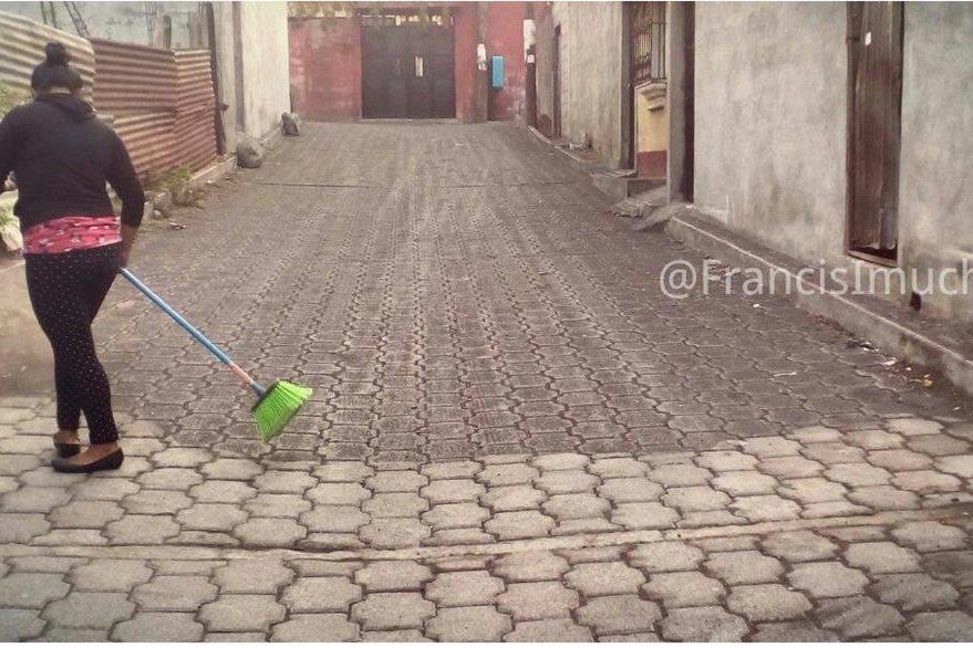 Vecinos limpian una calle donde cayó arena y ceniza en San Juan Alotenango. (Foto: Francis Imuchac)