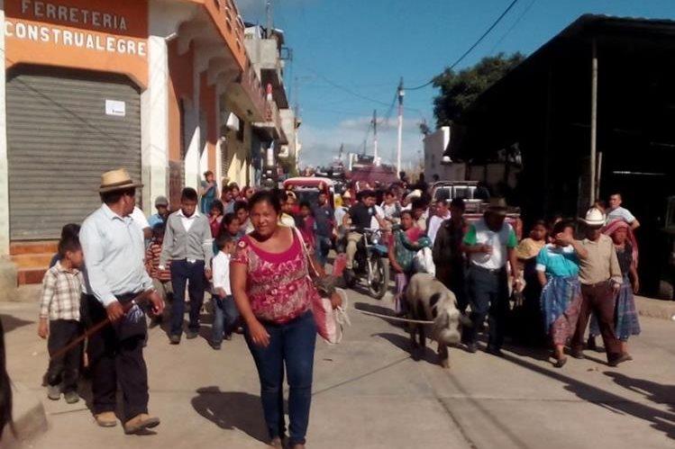 Autoridades indígenas entregan a las autoridades a presunta ladrona de animales domésticos, en Uspantán, Quiché. (Foto Prensa Libre: Óscar Figueroa)