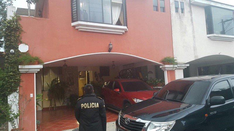 Fuerzas de seguridad resguardan viviendas durante allanamientos en la capital, en busca de indicios por fuga de la Patrona. (Foto Prensa Libre: PNC)