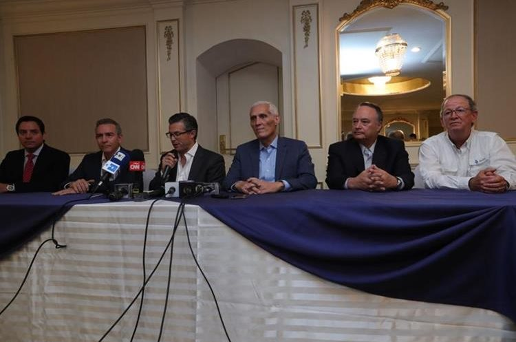 Empresarios dan conferencia de prensa sobre revelaciones de financiamiento al partido FCN-Nación. (Foto Prensa Libre: Estuardo Paredes)