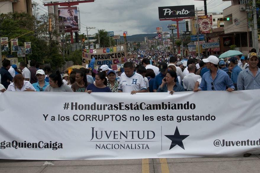 Miles marcharon en Tegucigalpa y otras ciudades hondureñas en rechazo a la corrupción y mostrando respaldo al mandatario hondureño. (Foto Prensa Libre: EFE).