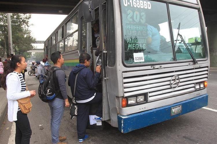 Decenas de usuarios efectúan largas filas para ingresar al autobús de la ruta 203 en el anillo Periférico, zona 7.
