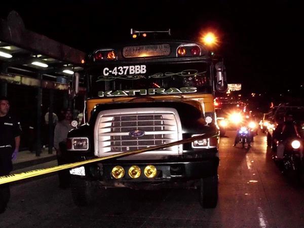 El bus fue atacado en el kilómetro 14 ruta hacia Palencia. (Foto Prensa Libre: Héctor Contreras)