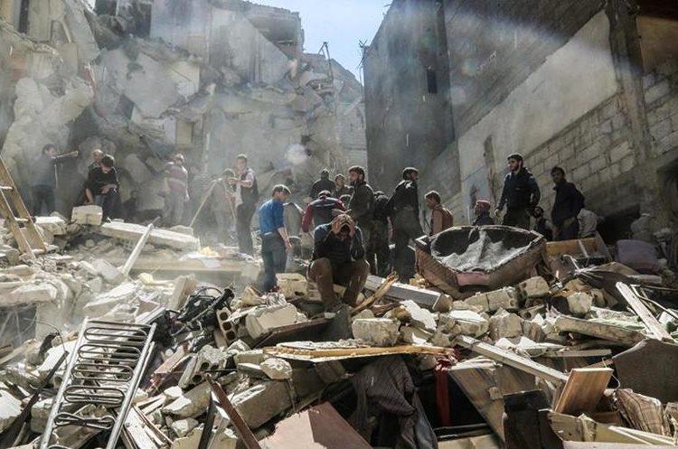 Un sirio voluntario de la fuerza civil lamenta ataque en el pueblo de Saqba, Siria.