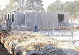 Construcción del proyecto de vivienda, Mi Querida Familia, para afectados de El Cambray 2. (Foto Prensa Libre: Hemeroteca PL)