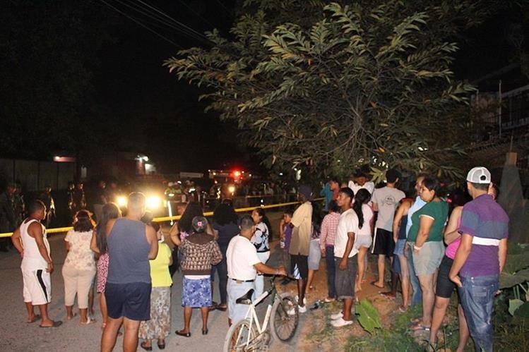 Agentes de la PNC resguardan lugar donde un hombre murió a balazos, en Puerto Barrios, Izabal. (Foto Prensa Libre: Dony Stewart)