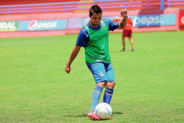 El Torito García ha participado en ocho ocasiones con el equipo rojo en el torneo Clausura 2015. (Foto Prensa Libre: Carlos Vicente)