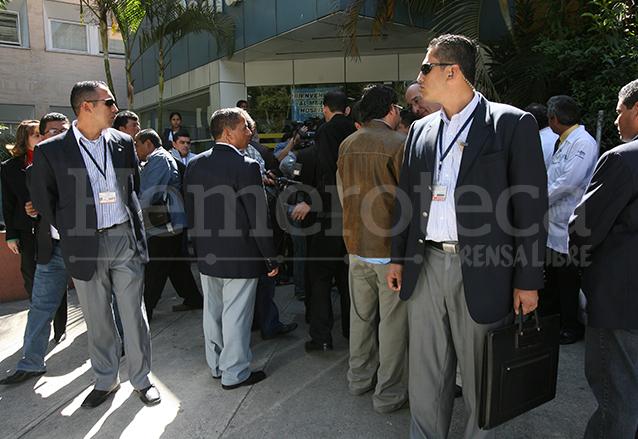 Miembros de la SAAS escoltan al presidente Álvaro Colom en una actividad. (Foto: Hemeroteca PL)