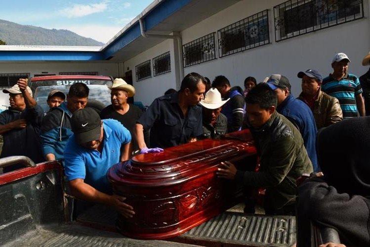 Parientes de fallecido impiden que cuerpo sea llevado a la morgue del Inacif de Santa Cruz del Quiché. (Foto Prensa Libre: Óscar Figueroa)