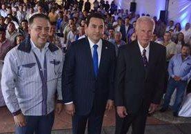 Presidente de la Anam, Edwin Escobar, junto a Jimmy Morales y el alcalde Álvaro Arzú. (Foto Prensa Libre:SCSPR)