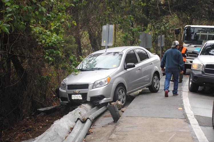 Uno de los automóviles que se accidentó en la Bajada de Las Cañas. (Foto Prensa Libre: Renato Melgar).