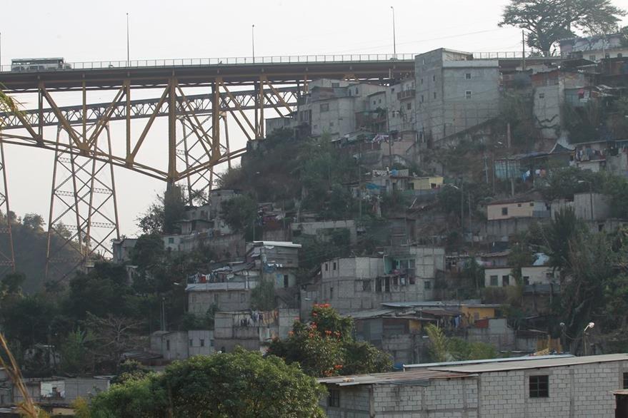 En 2016 la Conred informó que las familias corren riesgo al vivir bajo el puente.(Foto Prensa Libre: Hemeroteca PL)
