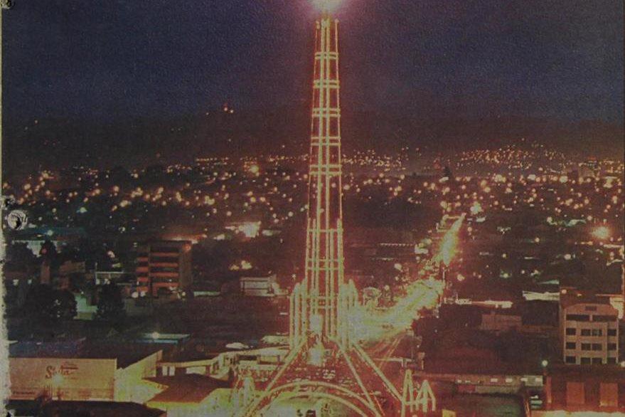 La torre  es nuevamente iluminada por la iniciativa privada el 31/8/1997. (Foto: Hemeroteca PL)