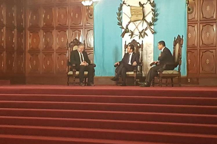 El embajador de la Unión Europea en Guatemala, Stefano Gatto, conversa con el presidente, Jimmy Morales y el canciller, Raúl Morales. (Foto Prensa Libre: Carlos Álvarez)