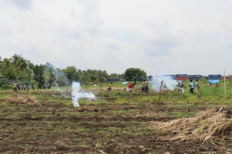 Pobladores que invadieron la finca se enfrentaron a los agentes de la PNC.  Foto Prensa Libre: Enrique Paredes.