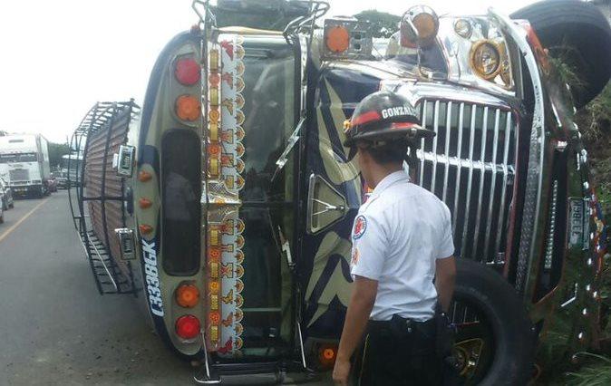 Socorristas atienen a pasajeros de un autobús accidentado en el km 52 de la ruta a El Salvador. (Foto Prensa Libre: Bomberos Voluntarios)