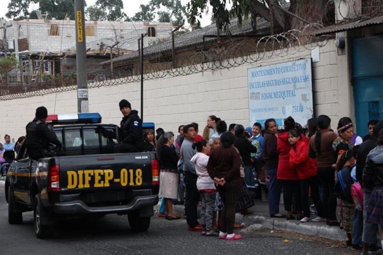 El plan Escuelas Seguras buscaba garantizar que los planteles públicos no fueran asediados por delincuentes. (Foto Prensa Libre: Hemeroteca PL)