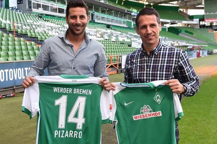 Thomas Eichin acompaña a Claudio Pizarro en su presentación como nuevo jugador del Werder Bremen. (Foto Prensa Libre: AFP)