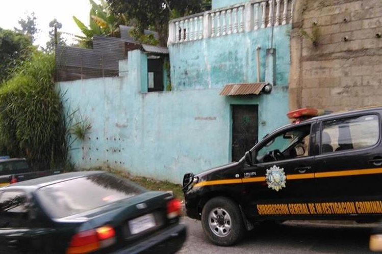 La Policía Nacional Civil allana inmuebles en busca de evidencia que incrimine a la mara Salvatrucha. (Foto Prensa Libre: Estuardo Paredes)