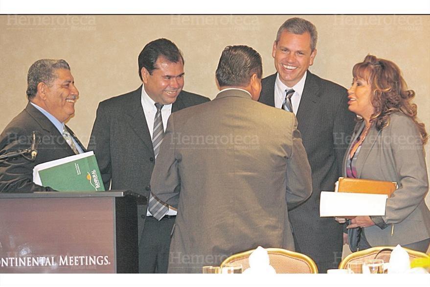 Gloria Torres, secretaria de organización  de la UNE, conversa  el 4/11/2009 con  Juan Alfaro, José Domingo Trejo, Christian Boussinot e Inés Castillo sobre prestamos. (Foto: Hemeroteca PL)
