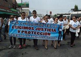 Familiares y amigos de Byron García exigen justicia por el crimen. (Foto Prensa Libre: Mario Morales)