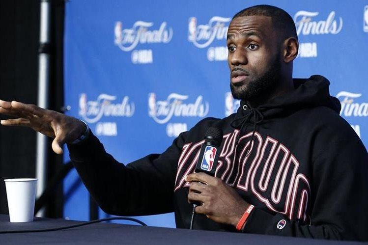 LeBron James compareció este jueves en conferencia de prensa. (Foto Prensa Libre: EFE)