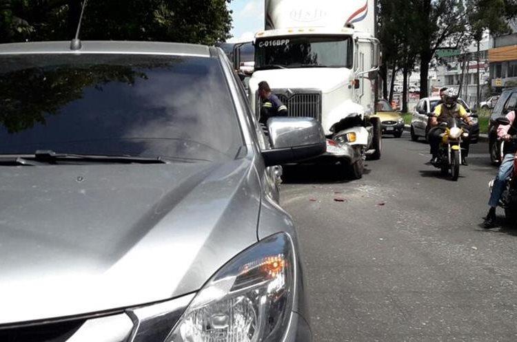 Choque en la entrada al Cenma. (Foto Prensa Libre: Dalia Santos)